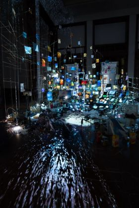 Sarah Sze, Centrifuge, 2017 (particolare). Installation view at Haus der Kunst, Monaco di Baviera 2017. Courtesy of the artist © Sarah Sze. Photo Mike Barnett