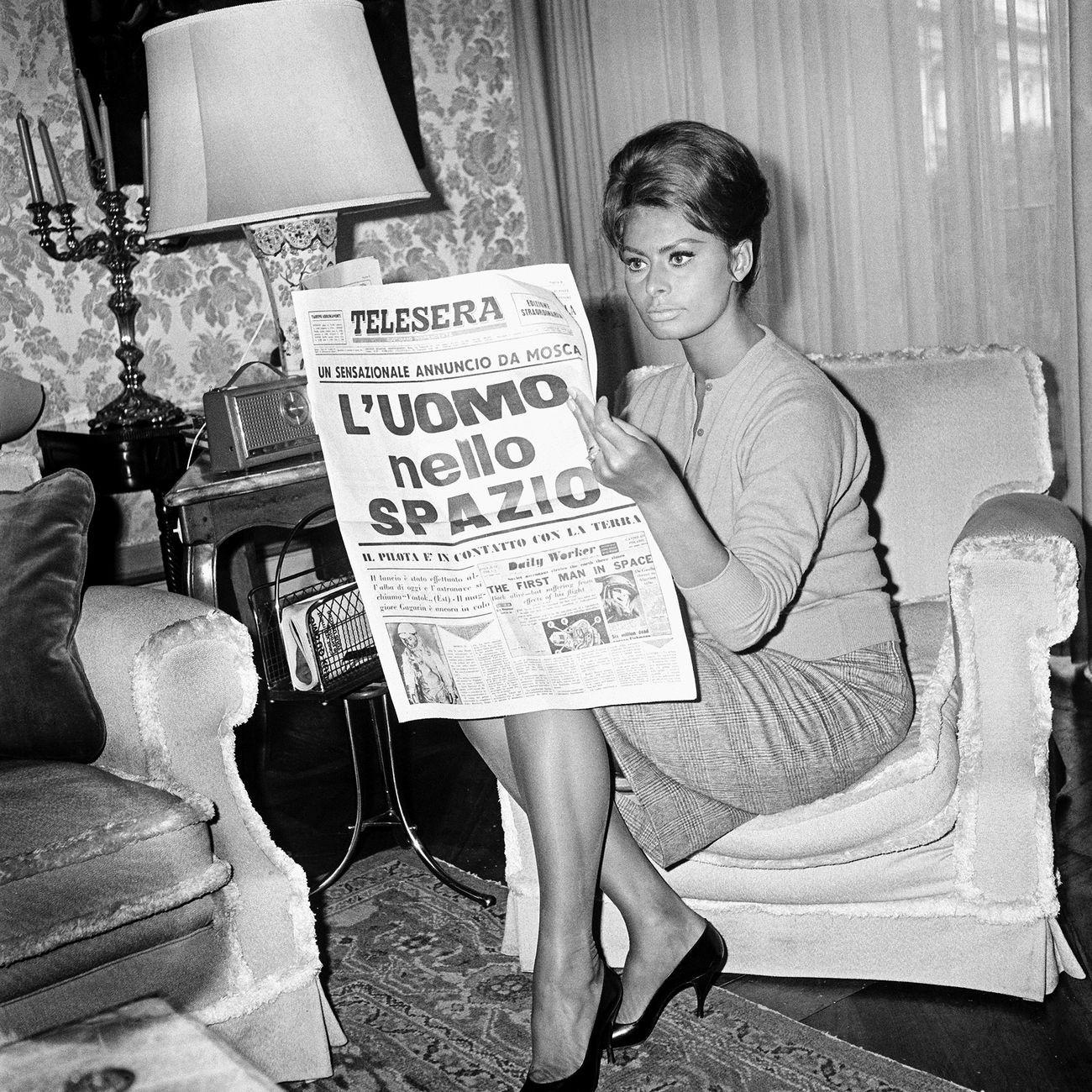 Sophia Loren legge di Gagarin, 1961. Photo Archivio Luce