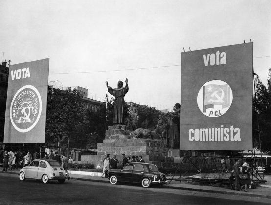 Statua di San Francesco in Piazza San Giovanni, Roma, 1960. CSAC Università di Parma - Fondo Publifoto
