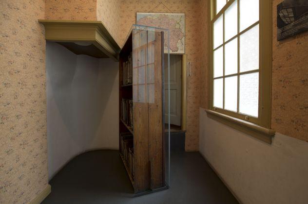 The movable bookcase conceals the entrance to the Secret Annex © Anne Frank House. Photographer Cris Toala Olivares