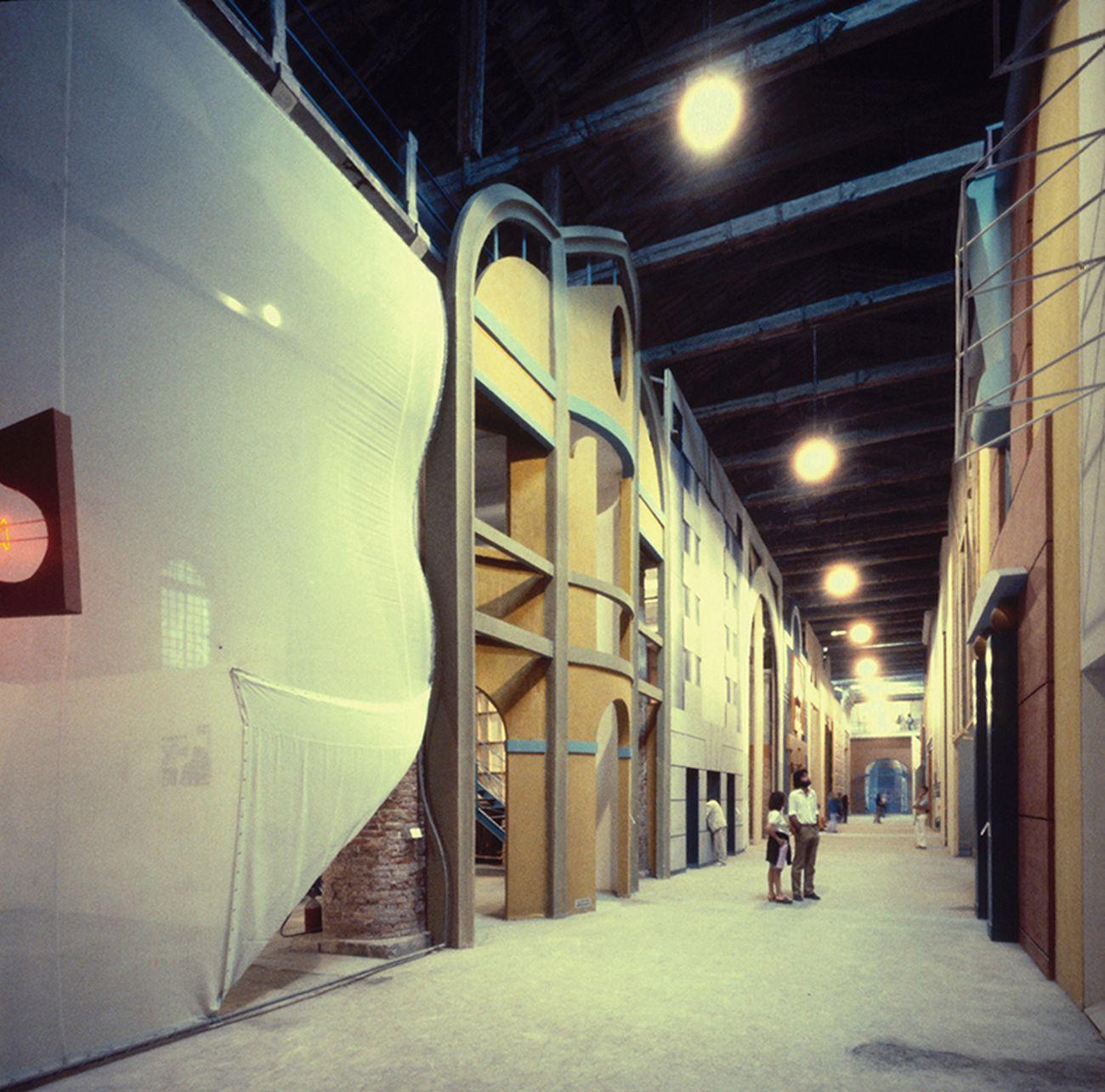 La Strada Novissima. Installation view con le facciate di Koolhaas e Portoghesi. Biennale di Venezia, 1980. Courtesy Paolo Portoghesi
