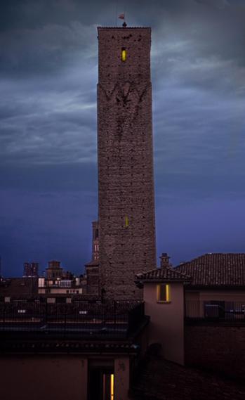 La Torre Prendiparte di notte