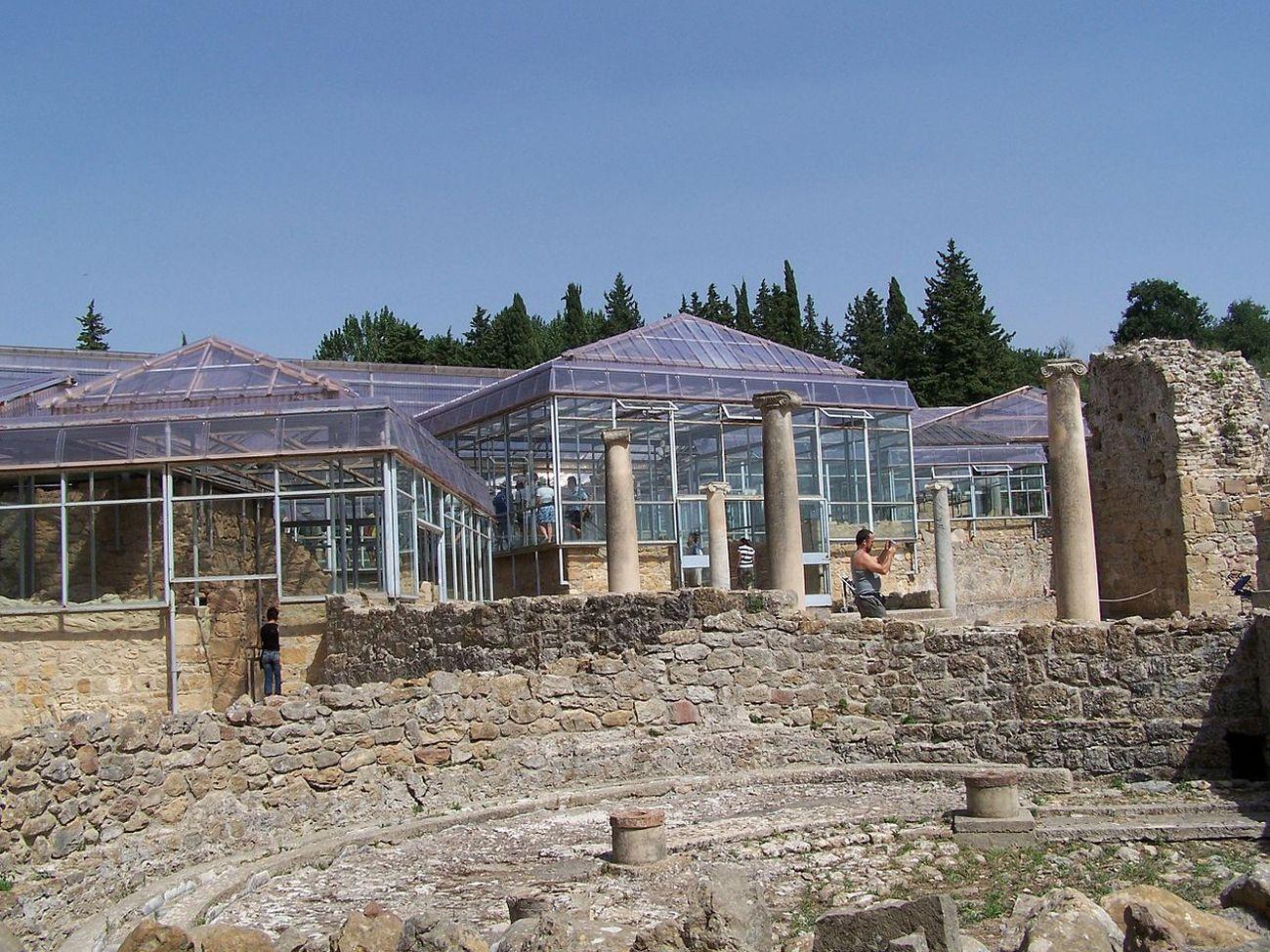 La Villa del Casale a Piazza Armerina con la copertura realizzata su progetto di Franco Minissi nel 1957 per proteggere i mosaici. Courtesy Wikipedia