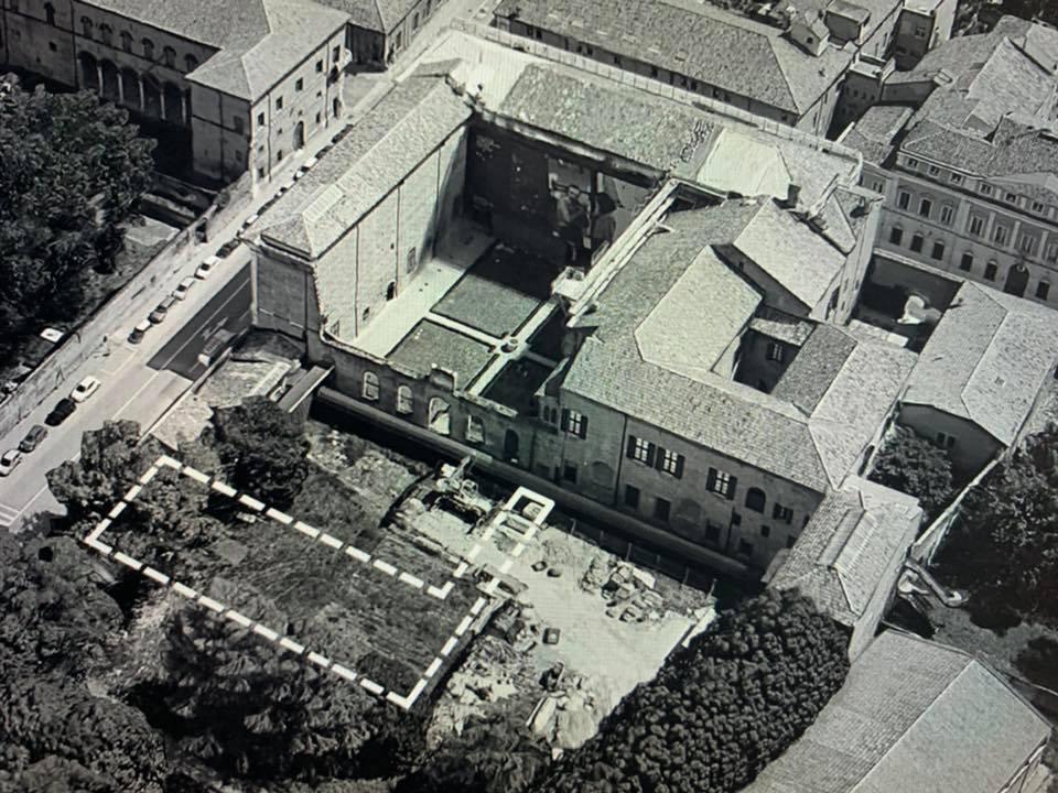 """Ecco dove sarebbe stato realizzato il padiglione, non avrebbe turbato la """"unicità"""" di Palazzo dei Diamanti ma avrebbe riqualificato un prato abbandonato e adibito a cantiere, che quindi resterà così..."""