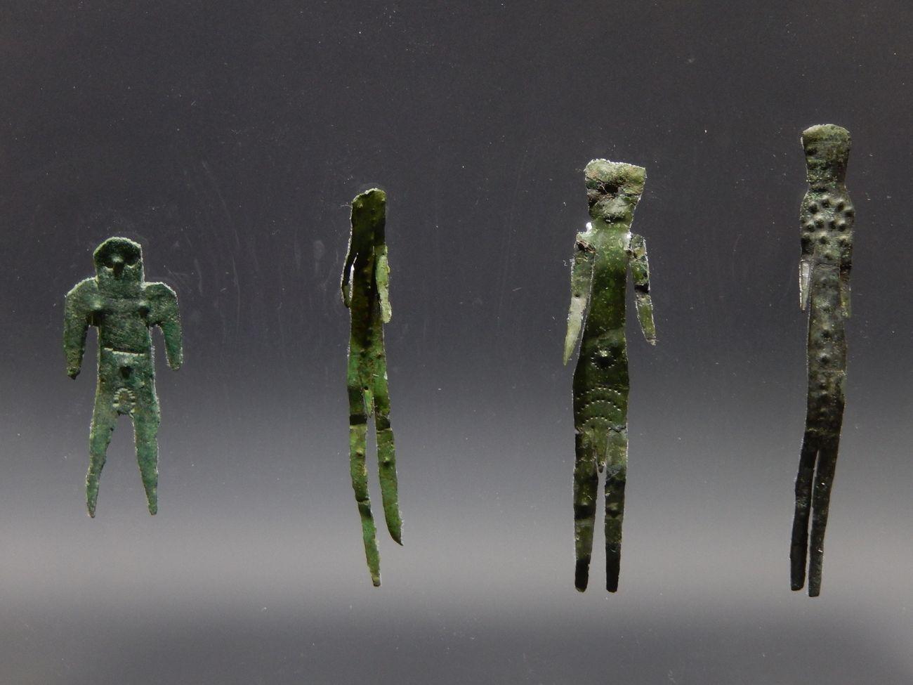 Quattro figurine in lamina bronzea ritagliata, dal Forcello di Bagnolo San Vito (MN), fine V – inizio IV secolo a.C., Mantova, Museo Archeologico Nazionale, Complesso Museale di Palazzo Ducale