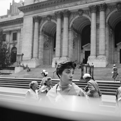 1. Vivian Maier, New York Public Library, New York, c. 1952 40x50 cm (16x20 inch.) Framed: 53,2x63,4 cm ©Estate of Vivian Maier, Courtesy of Maloof Collection and Howard Greenberg Gallery, NY