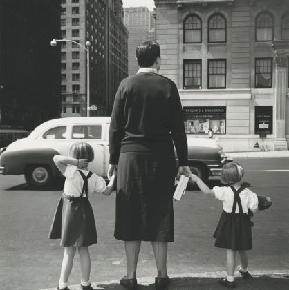 Vivian Maier, Untitled, 1954, New York 40x50 cm (16x20 inch.) Framed: 53,2x63,4 cm ©Estate of Vivian Maier, Courtesy of Maloof Collection and Howard Greenberg Gallery, NY