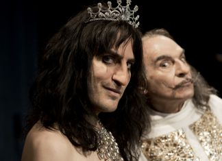 A fictional look at one of the art world's strangest meetings, which really took place in New York, April 1973. Notorious superstar rocker Alice Cooper met master of surrealism Salvador Dali to be the subject of his latest creation: a holographic portrait involving patisserie, diamonds, live ants and a human brain. Featuring original music by Jarvis Cocker