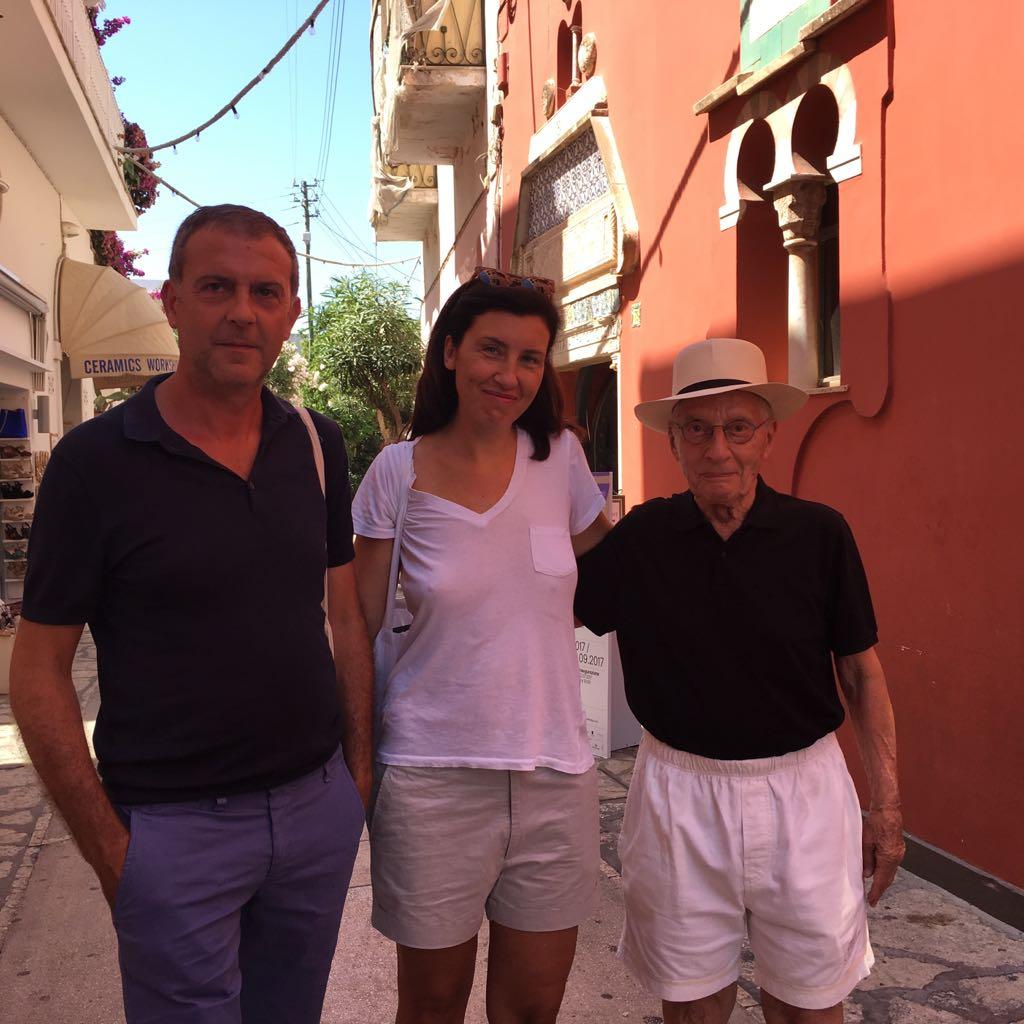 Arianna Rosica, Gianluca Riccio e Alessandro Mendini davanti alla Cara Rossa di Anacapri