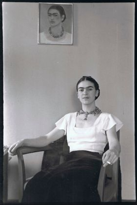Lucienne Bloch (1909-1999), Frida Kahlo at the Barbizon Plaza Hotel, New York, 1933. Black and white photograph, 21 x 17 in. (53.5 x 43.2 cm). The Jacques and Natasha Gelman Collection of the 20th Century Mexican Art and the Vergel Foundation. © Lucienne Allen dba Old Stage Studios. (Image courtesy of Old Stage Studios)