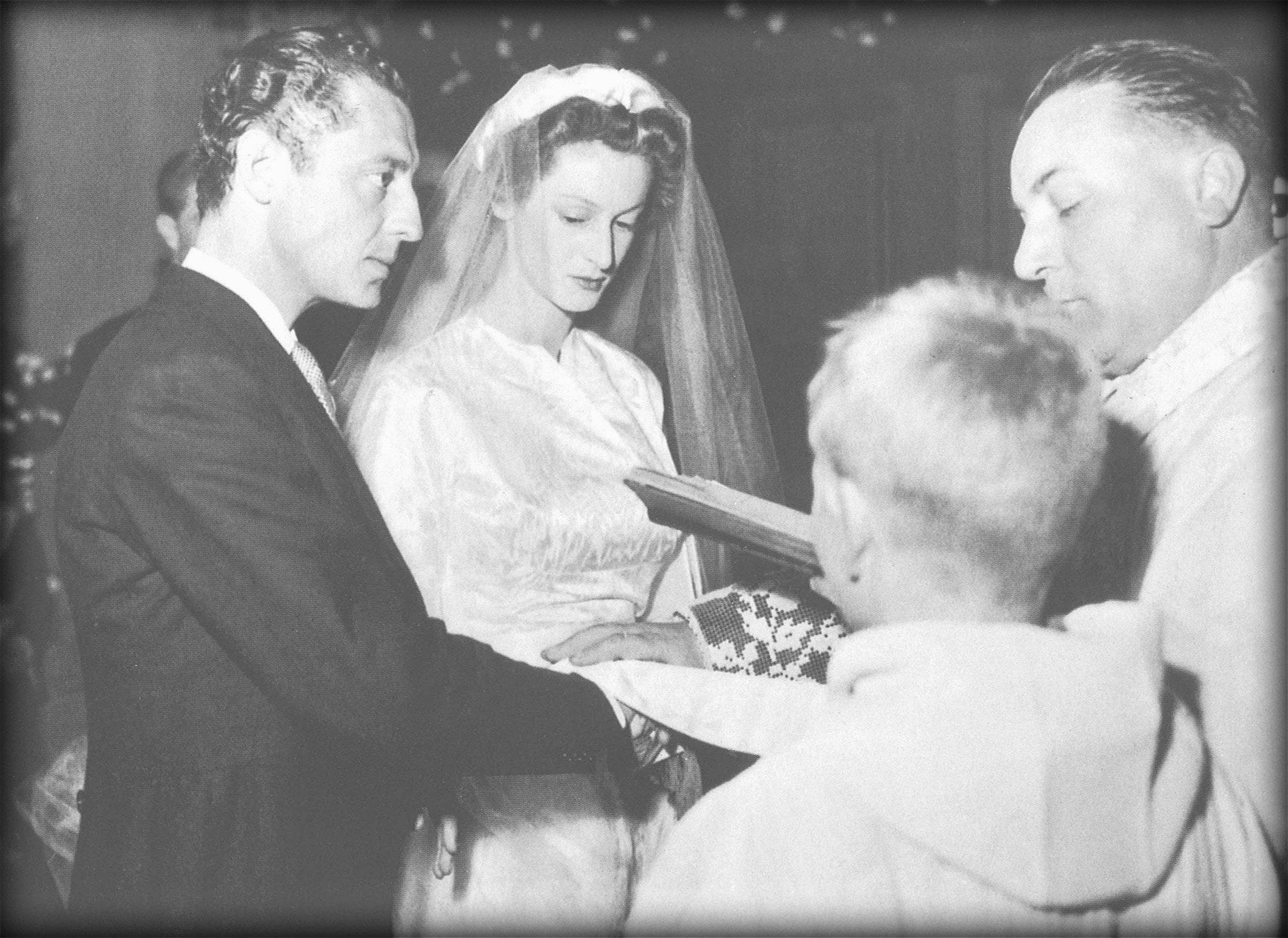 Gianni e Marella Agnelli nel giorno delle nozze, celebrate nel castello di Osthoffen a Strasburgo nel 1953