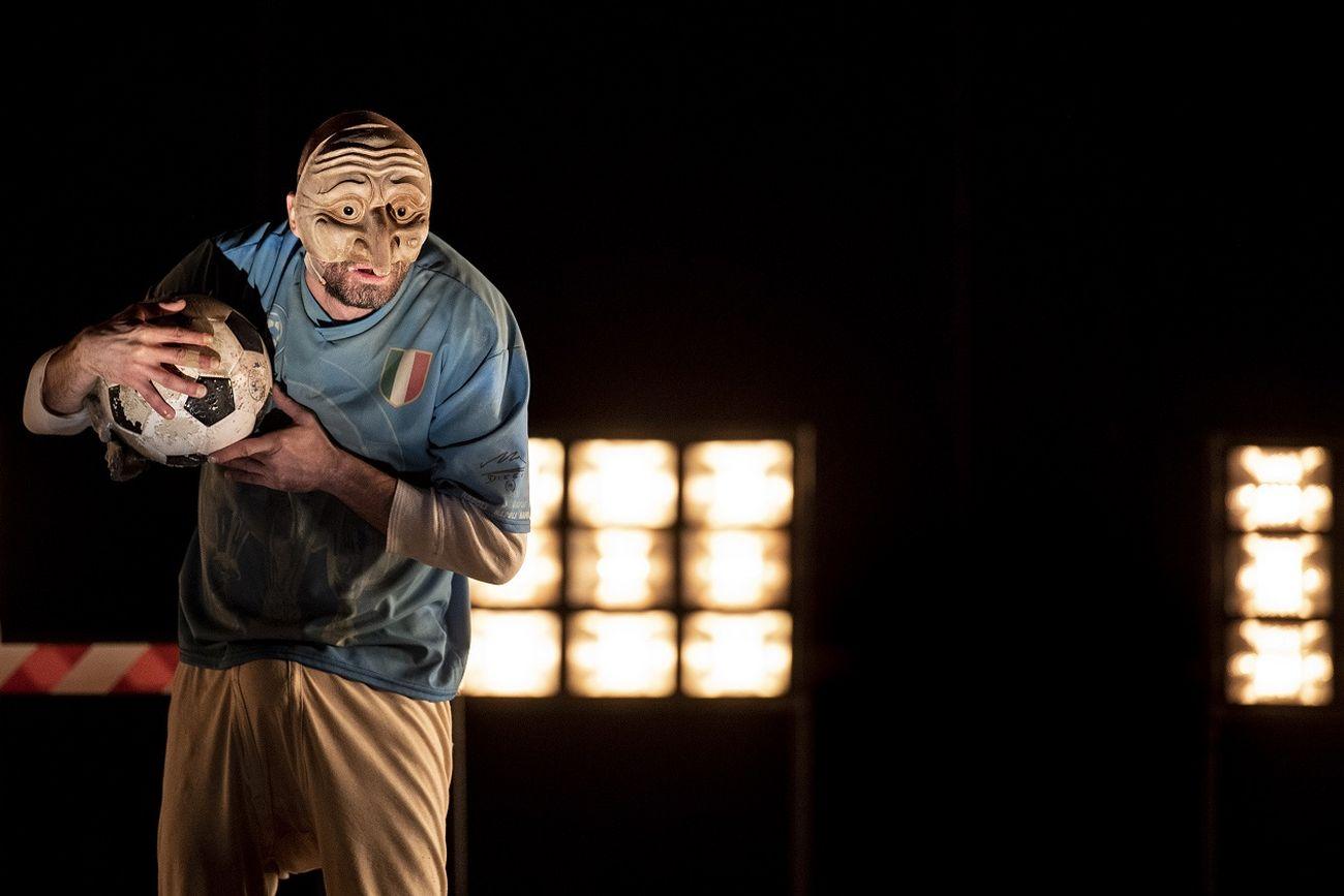 Linda Dalisi, E pecché? E pecché? E pecché? Pulcinella in Purgatorio, regia Andrea De Rosa. Teatro Stabile Napoli – Teatro Nazionale. Photo Marco Ghidelli