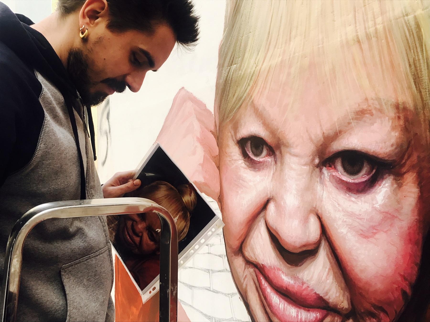 Vittorio Valiante a lavoro sul ritratto della Tarantina, Napoli, febbraio 2019. Ph. HM