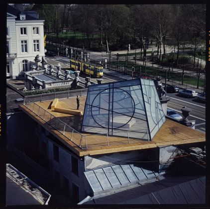 Work presented in the exhibition Bert Theis, Building Philosophy – Cultivating Utopia. 30.03.2019 – 25.08.2019, Mudam Luxembourg Bert Theis European Pentagon, Safe & Sorry Pavilion, 2005 Steel, semi-transparent glass, wood, metallic structure Pavilion : 564 x 1094 x 973 cm, platform: 0.30 x 27.15 x 12.60 m Technical conception: in collaboration with Rob Engel Permanent installation, Place de l'Europe, Luxembourg (since 2007) Produced in 2005 as a temporary installation for the roof of BOZAR – Palais des Beaux-Arts, Brussels, in the context of the Luxembourg Presidency of the Council of the EU, 2005 Collection Ministry of Culture, Luxembourg © Photo: Philippe De Gobert, courtesy Erna Hecey Gallery