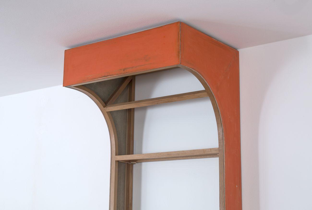 Andrea Bocca, Untitled (mezzo arco arancione), 2017, legno, lino, mestica, 90 x 230 x 70 cm. Photo Nicolò Chiodin