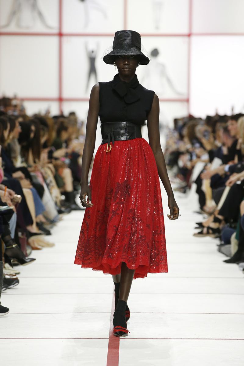 2207e5280c La sfilata di Dior con Tomaso Binga tra arte moda e femminismo ...