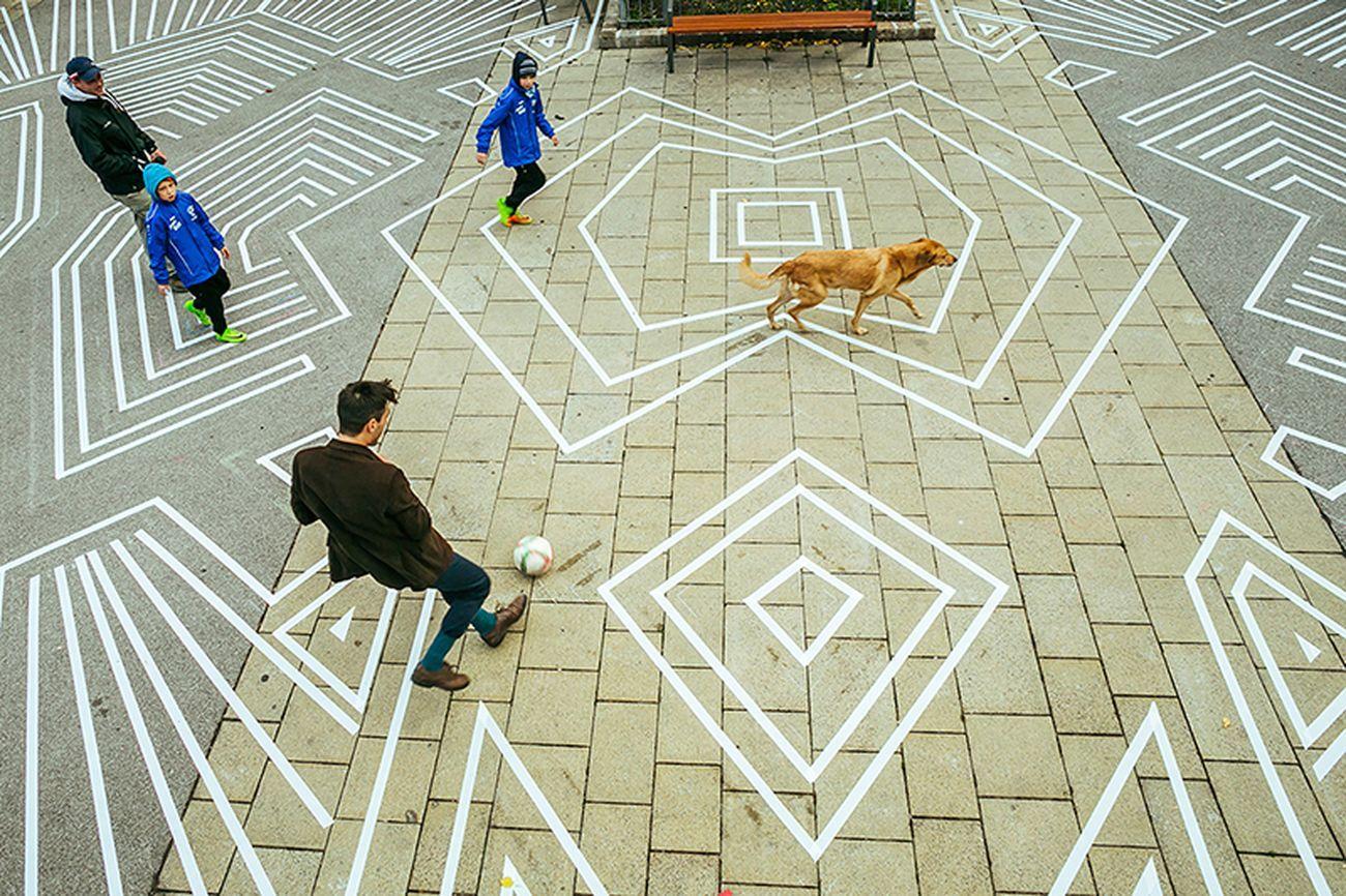 Drawing Public Space, Vienna. Una delle fasi dello smontaggio progressivo della pavimentazione © Kollektiv Fischka Courtesy ECÒL
