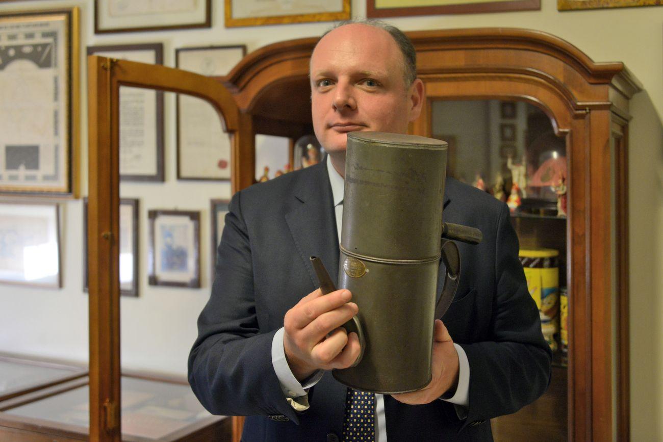 """Gaetano Bonelli con la cuccuma, la caffettiera napoletana """"cuccumella"""", in lingua napoletana. Photo credits Angelo Marra"""