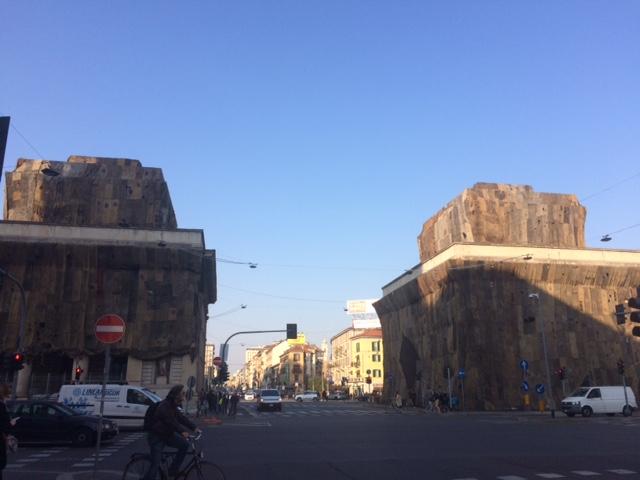 Ibrahim Mahama, A Friend. Installazione per Fondazione Trussardi a Porta Venezia, Milano