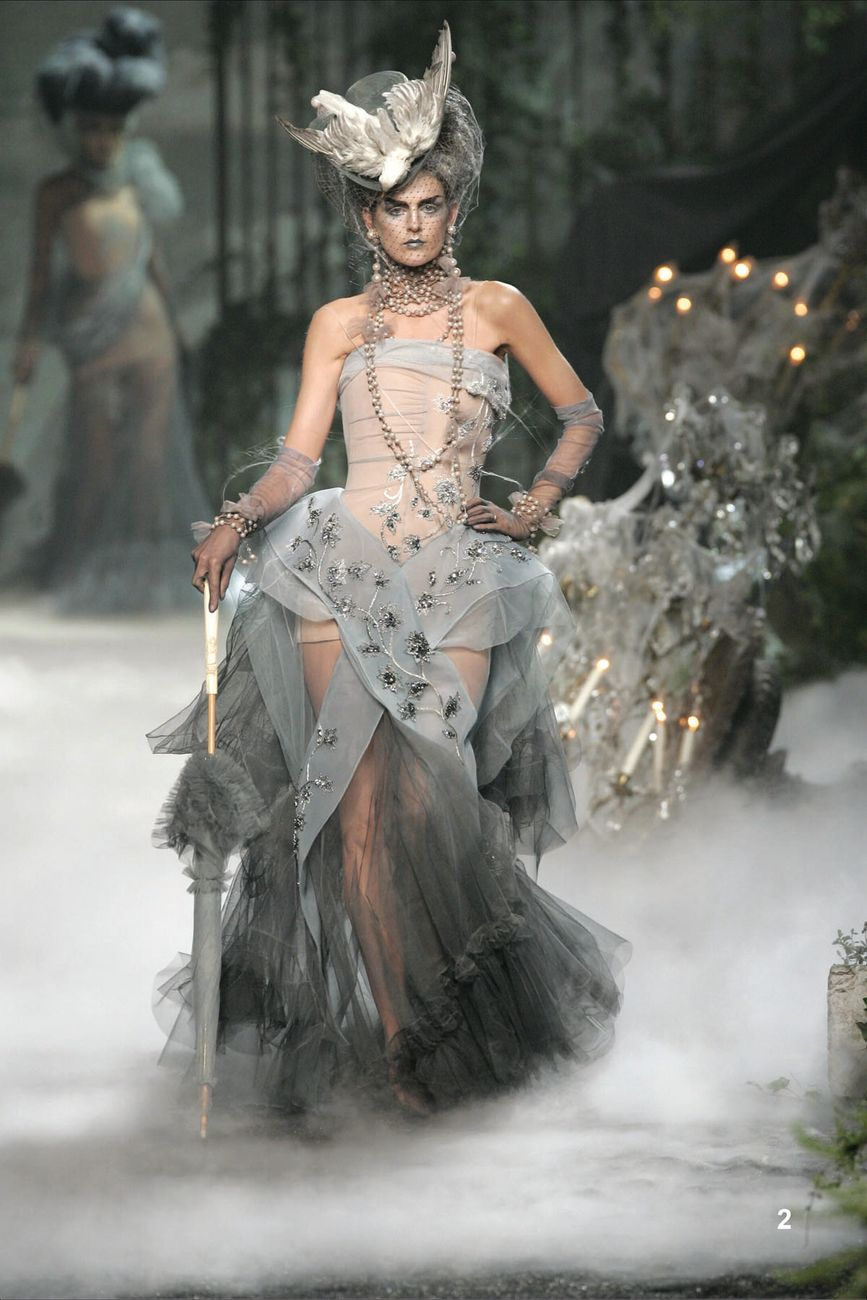 John Galliano per Christian Dior, Jacqueline, Haute Couture autunno inverno 2005. Parigi, Collection Dior Héritage © photo Guy Marineau