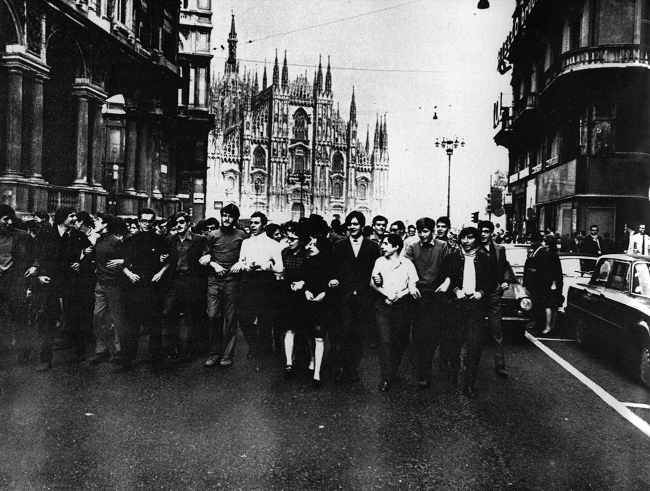 La protesta studentesca a Milano, 1968. Retro di copertina della nuova edizione (originariamente pubblicata in Giancarlo De Carlo, Why-How to Build School Buildings, Harvard Educational Review, 4 (1969))
