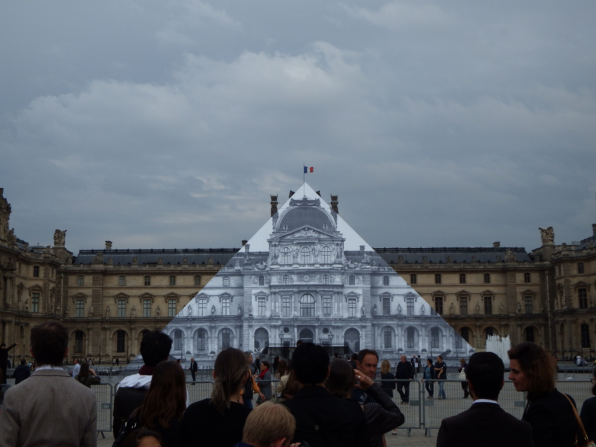 La Piramide del Louvre modificata da JR nel 2016. Ph. Flickr CC by fdecomite