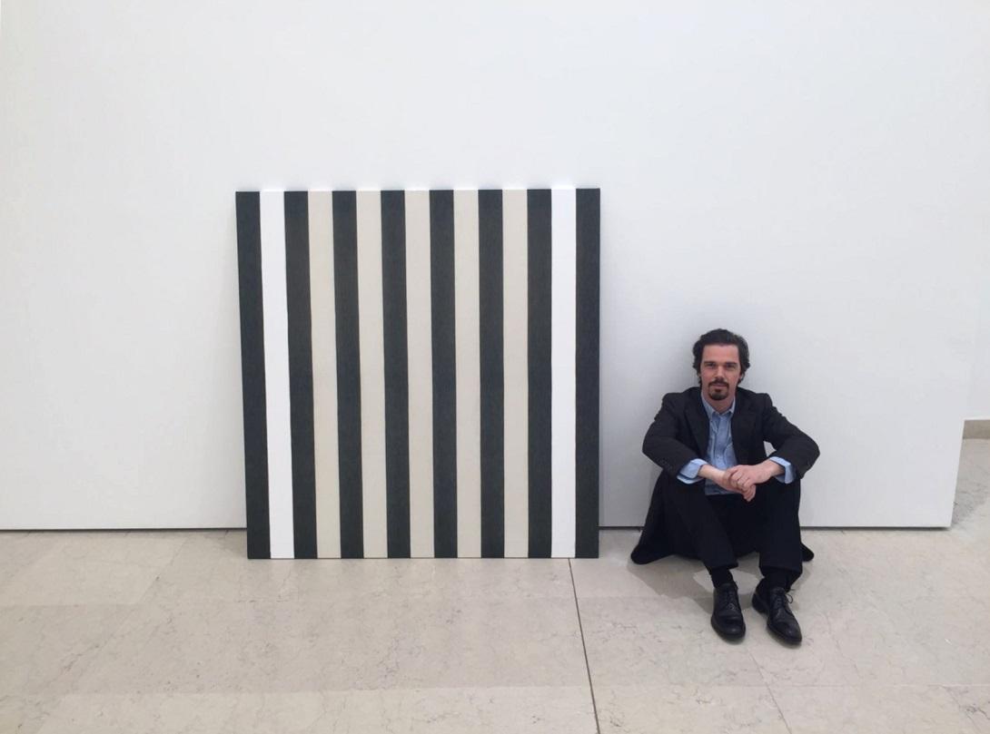 Memmo Grilli accanto a un'opera di Daniel Buren