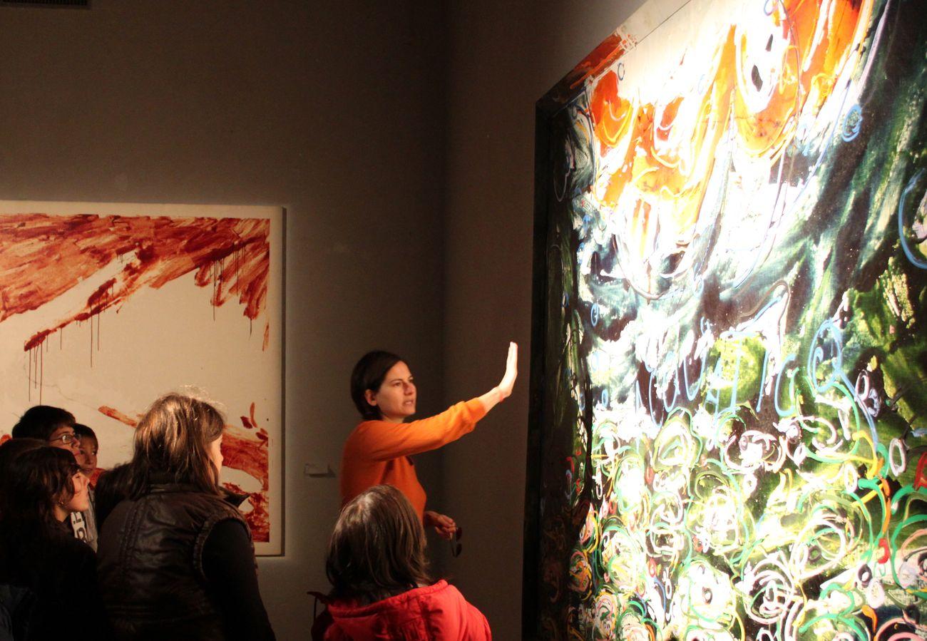 Mercedes Auteri durante una visita guidata al Granaio della Fondazione Orestiadi, Gibellina