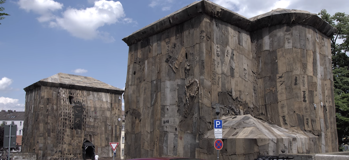 L'installazione di Ibrahim Mahama a documenta 14 a Kassel, 2015