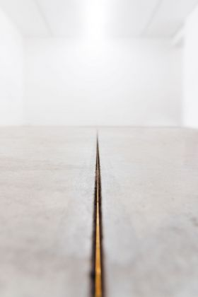 Gianluca Brando, Imago, 2018, bronzo, 20.8 m, Ø 3 mm. Installation view at Viafarini, Milano