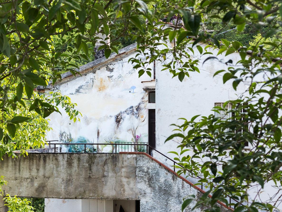 Il murale di Bellobono sul casolare di Roccafluvione, nel 2017