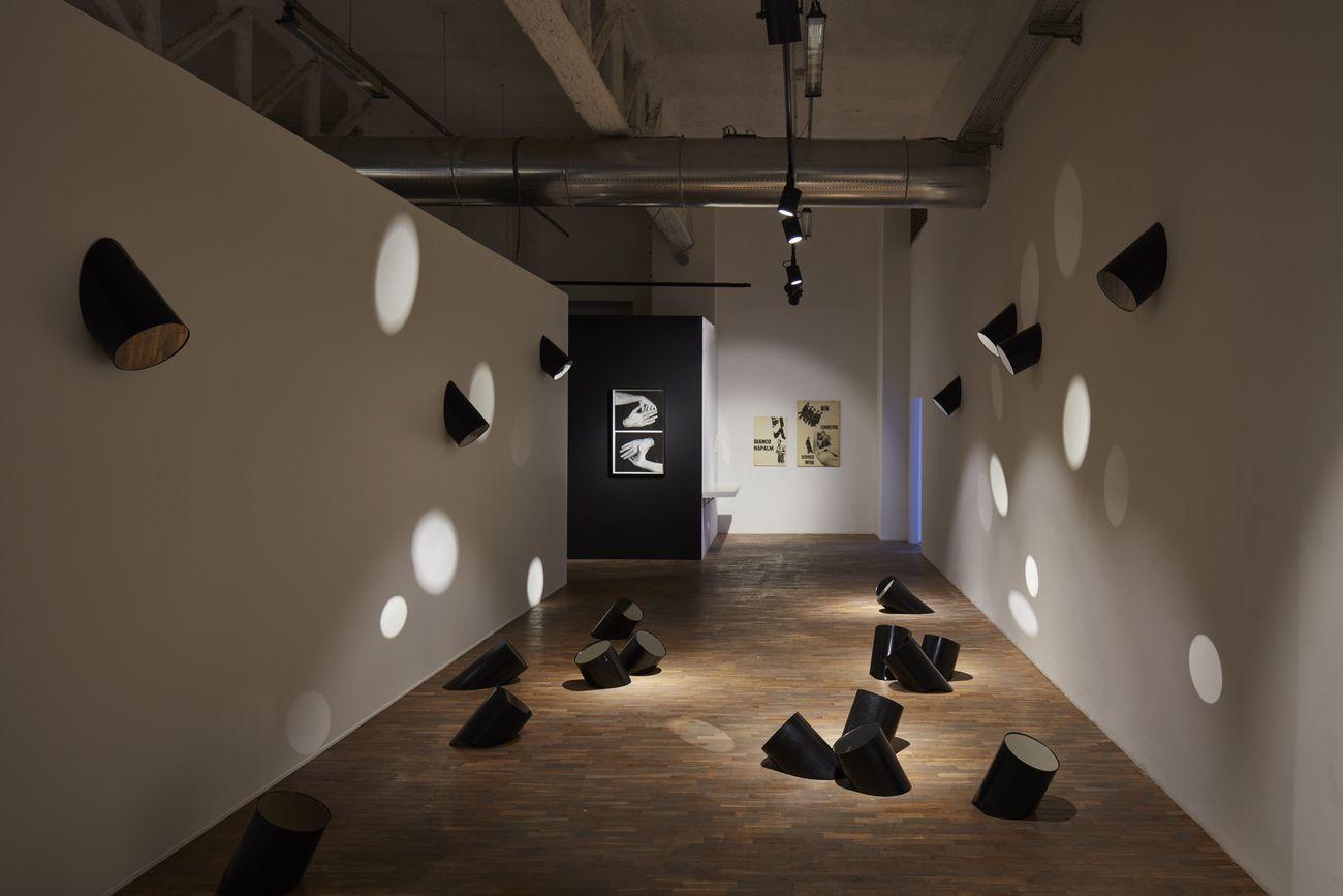 Ketty La Rocca, Installazione con specchi, 1967. Courtesy CAMeC – Centro Arte Moderna e Contemporanea, La Spezia. Photo © Alto Piano Studio