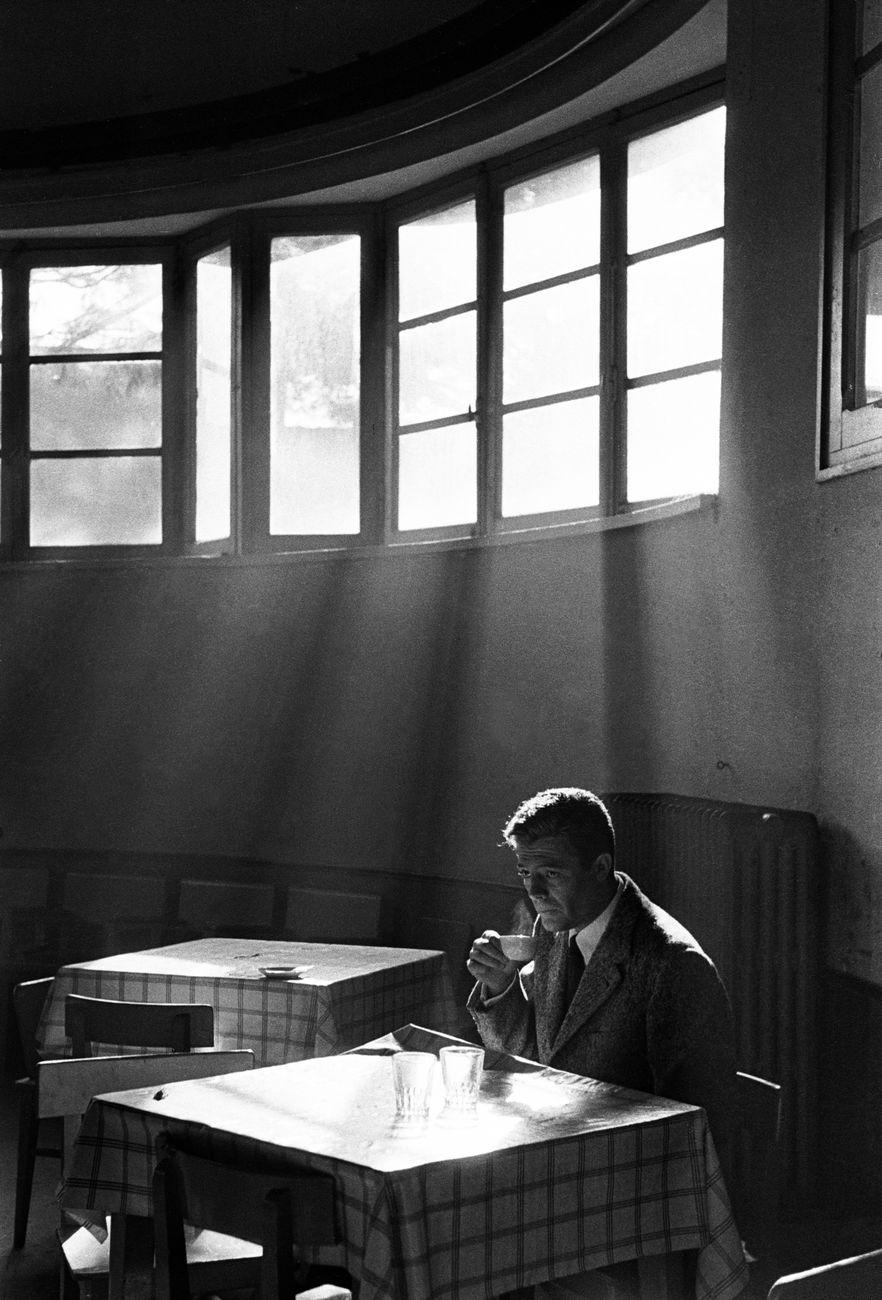 Paolo Di Paolo, Marcello Mastroianni al caffè. Photo credits © Archivio fotografico Paolo Di Paolo