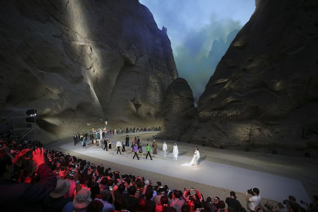 Presentation of the Spring 2017 collection at the Yellow River Stone Forest National Geological Park in Baiyin, China, 2016. Photo courtesy of Archives Pierre Cardin. © Archives Pierre Cardin