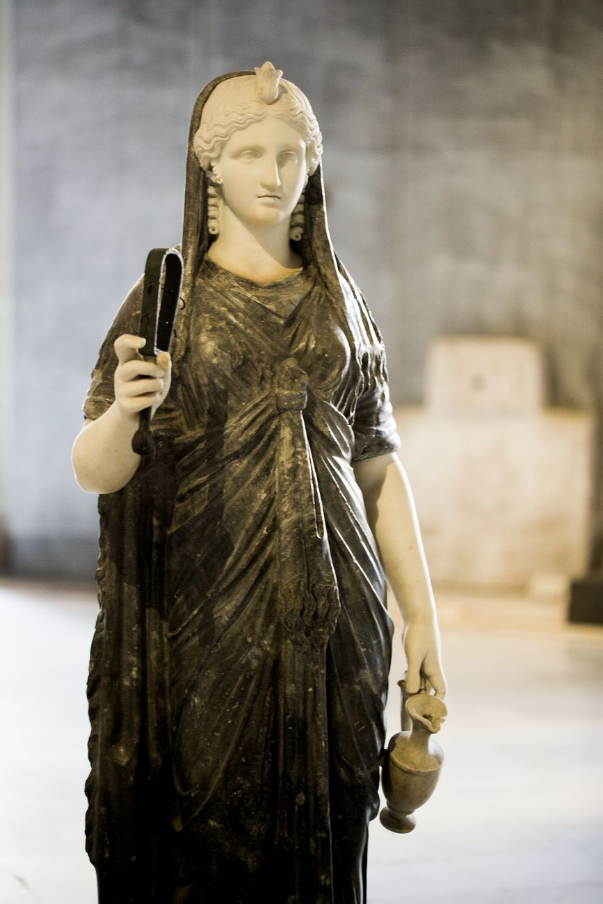 Sacra Neapolis. Stipe e statue dal provenienti dai depositi del Museo Archeologico Nazionale di Napoli. Installaton view at Lapis Museum, Napoli 2019. Photo Sergio Siano