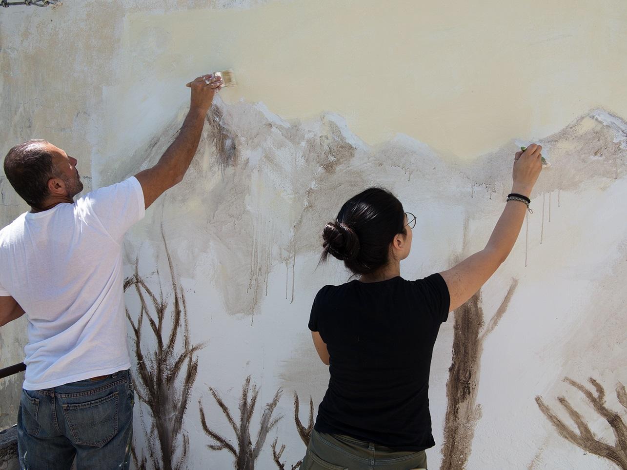 Studenti a lavoro per il murale di Angelo Bellobono a Roccafluvione, 2017