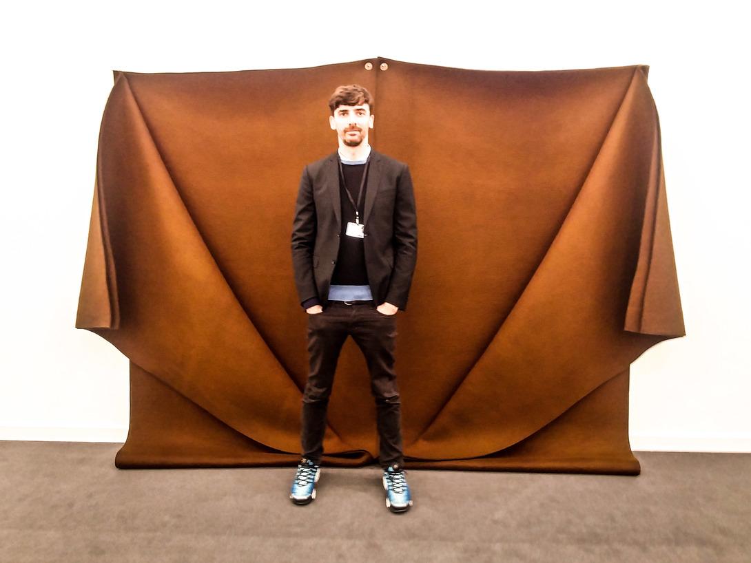 Edoardo Osculati della galleria Cardi con alle spalle un'opera di Robert Morris. Foto: Maurita Cardone