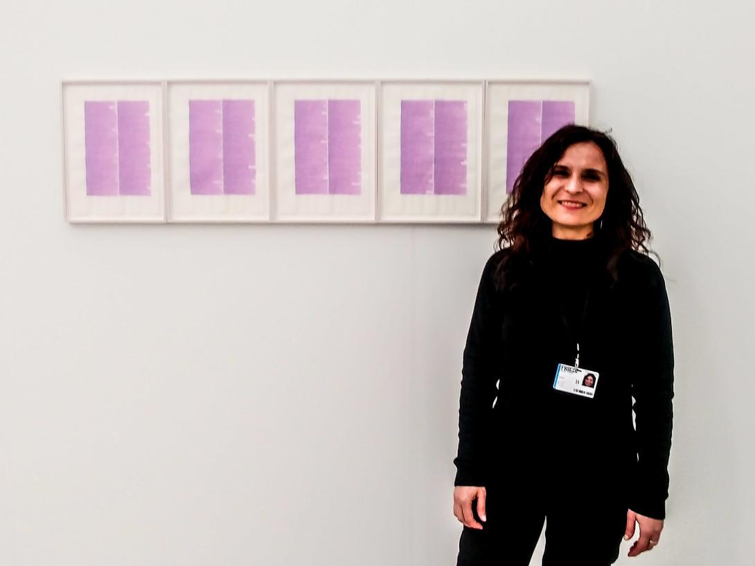 Chiara Tiberio di P420 con alle spalle un'opera della serie rosa di Irma Blank. Foto: Maurita Cardone