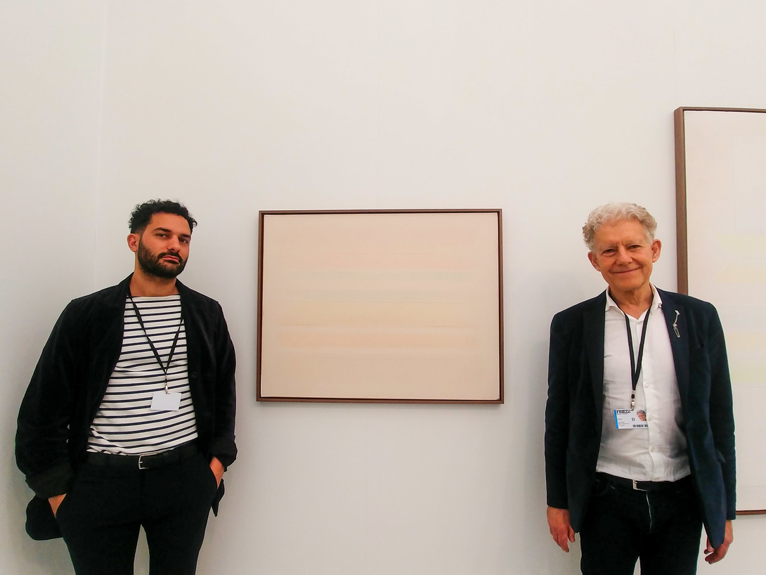 Giovanni De Sanctis e Ian Rosenfeld di Rosenfeld Porcini tra le opere di Riccardo Guarneri. Foto: Maurita Cardone