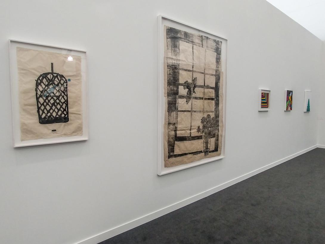 Veduta dello stand di Locarn O'Neill con opere di kiki Smith in primo piano. Foto: Maurita Cardone