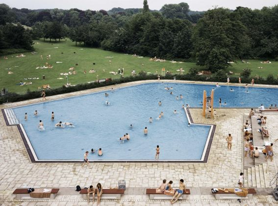 Andreas Gursky, Ratingen, Schwimmbad © Andreas Gursky by SIAE 2019. Courtesy Sprüth Magers