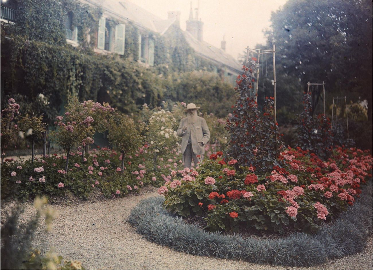 Anonimo, Monet nel suo giardino a Giverny, 1921. Collection of the Troob Family Foundation. Image courtesy of the Fine Arts Museums of San Francisco