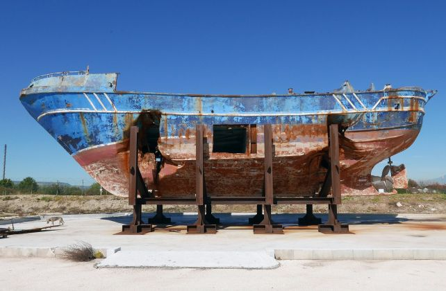 Christoph Büchel, Barca Nostra, Venezia, 2019. The migrant shipwreck of 18 April 2015 stored after its recovery in the Pontile Marina Militare di Melilli (NATO) near Augusta, Sicily. Photo © BARCA NOSTRA