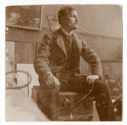 Edvard Munch on the trunk in his studio in 82 Lützowstrasse - Munchmuseet