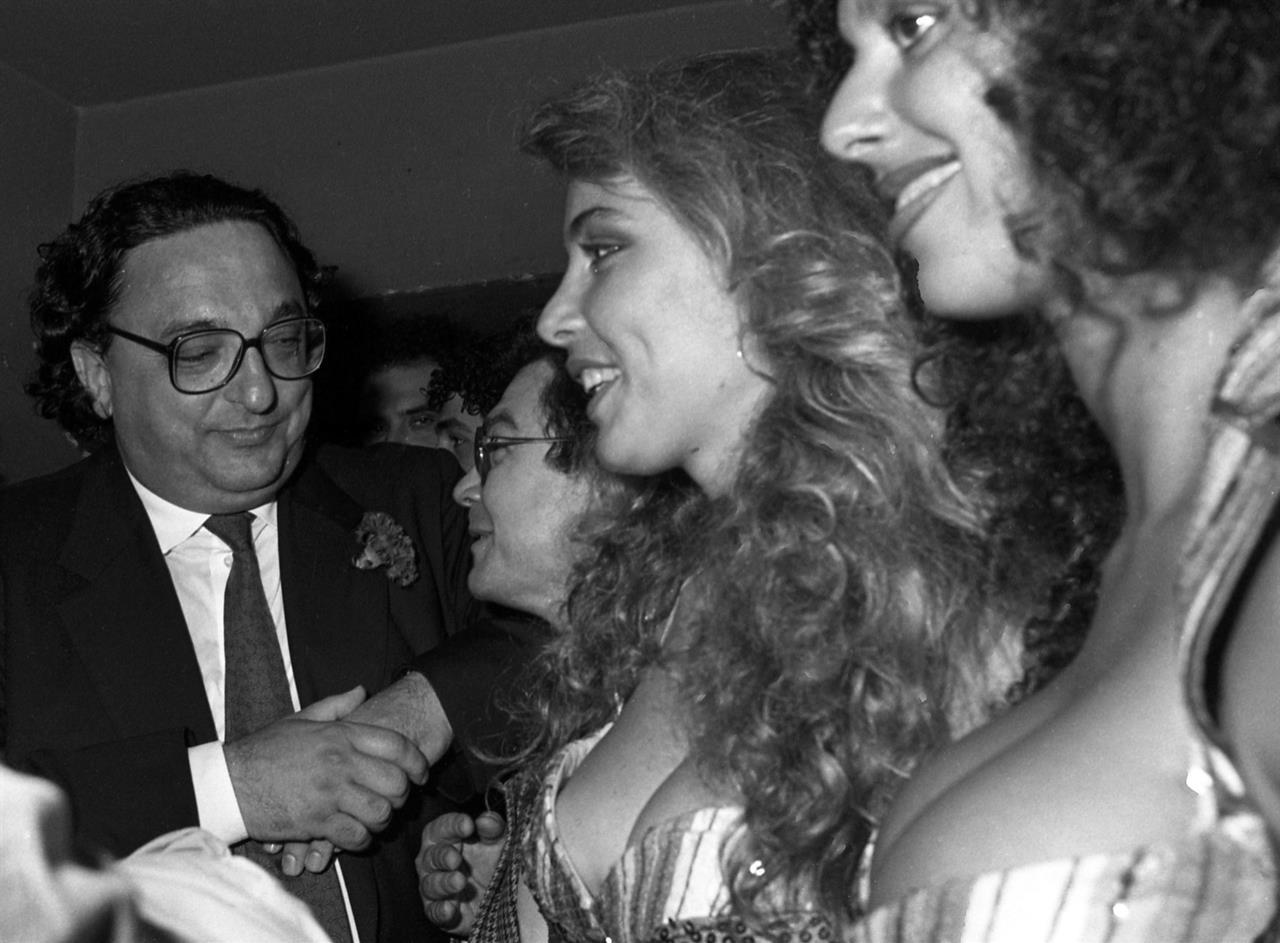 Il ministro degli Esteri Gianni De Michelis con le ragazze della trasmissione televisiva Drive In, 8 giugno 1987