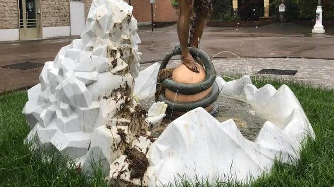 La Fontana di Luigi Ontani deturpata