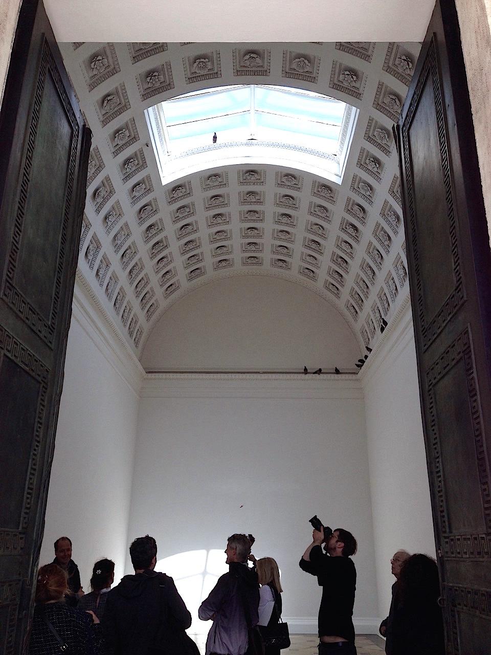 Maurizio Cattelan, Installazione nel Theseustempel (2019, dettaglio), da Turisti (1997), Collezione Prada, Milano