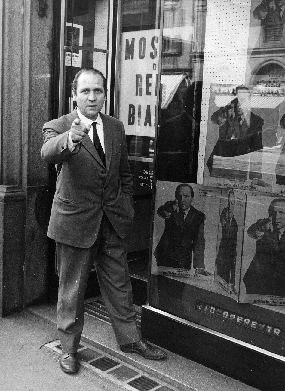 Remo Bianco di fronte alla Galleria del Naviglio di Milano in occasione della sua mostra personale del 1965