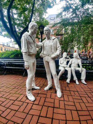 """Gay Liberation"" di George Segal a Sheridan Square. Photo Maurita Cardone"