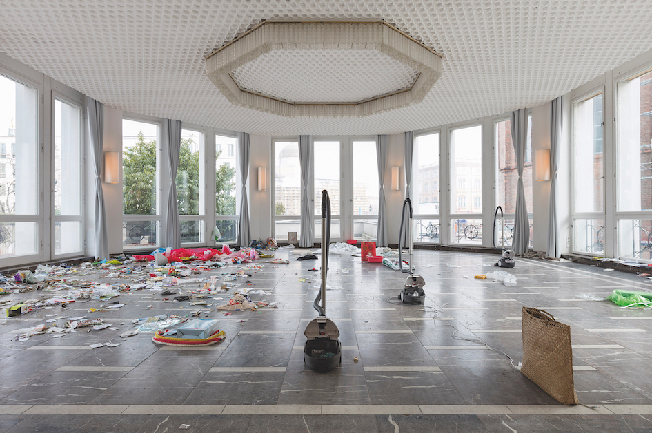 Jason Dodge, installation view of Jason Dodge/Paul Thek, Schinkel Pavillon, Berlin, 2017 Image courtesy the artist and Schinkel Pavillon, Berlin